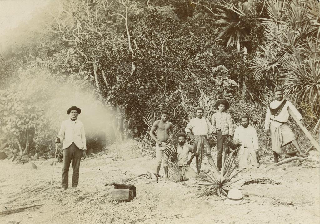 Le Nata Kanena et les hommes de l'équipage à Houailou-Canala