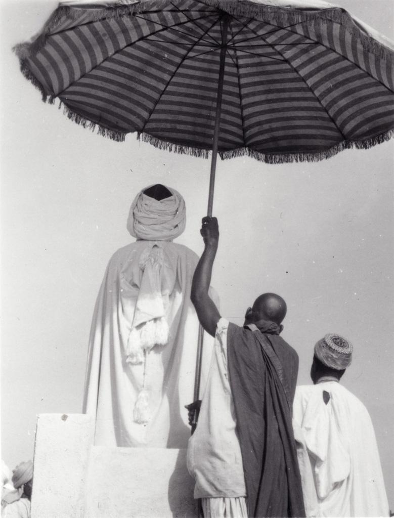 Le Sultan Njimoluh, de dos, pendant la prière de fin de Ramadan à Foumban