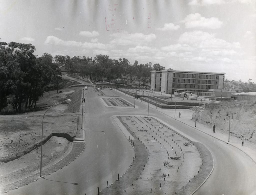 Le bâtiment de la faculté des lettres de l'université à Ankatso (nom de la localité où est située l'Université d'Antananarivo) / non identifié (1940/1970)