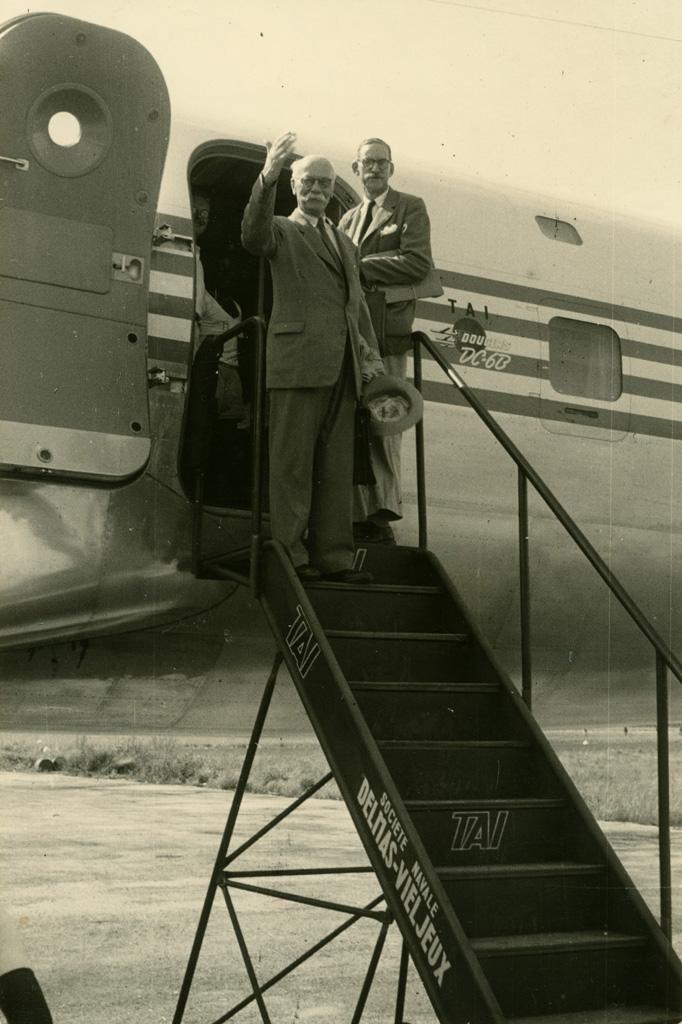 Le dernier au revoir avant le décollage du Douglas : MM. Boegner et Keller