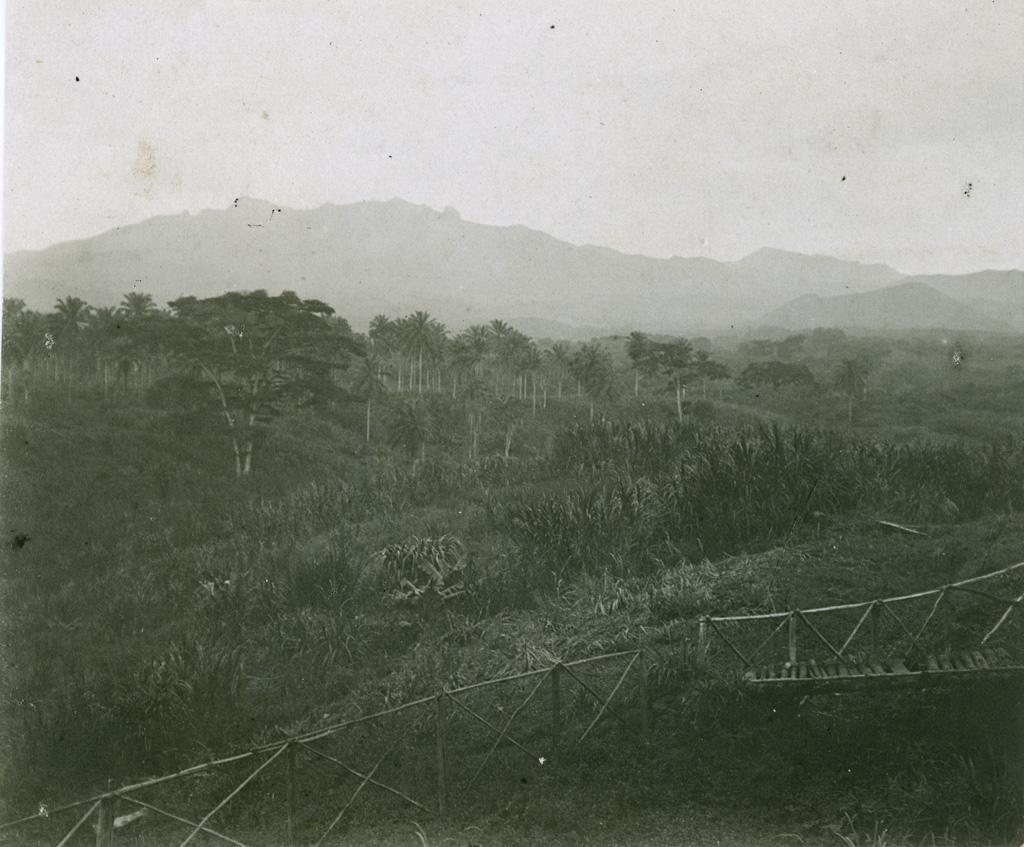 Le massif du Nanegouba pris de la résidence de Baré