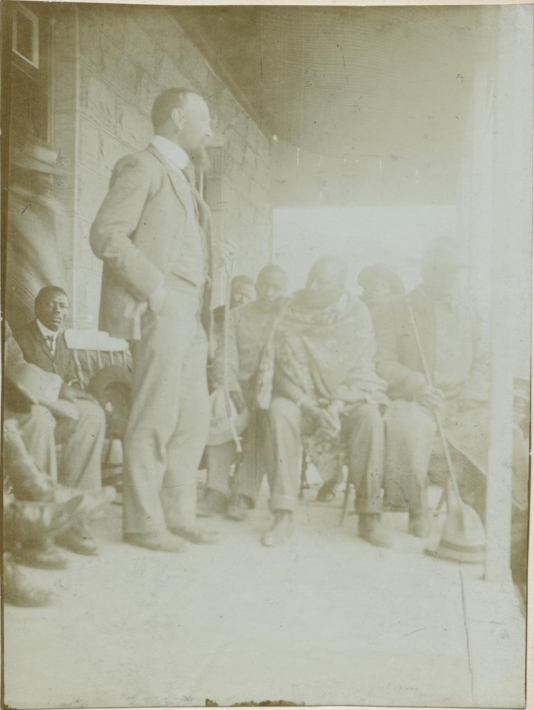[Le missionnaire Edouard Jacottet debout et le chef suprême Letsie II à Matsieng] / non identifié (1895/1908)