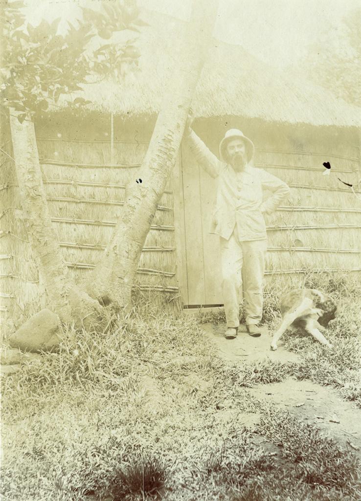 Le missionnaire Etienne Bergeret devant son cabinet de travail