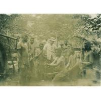 Le missionnaire Mr Benignus dirigeant les garçons de l'école pour construire un lavoir