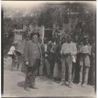 Le missionnaire Roland Leenhardt et les élèves lui chantant un chant d'adieu