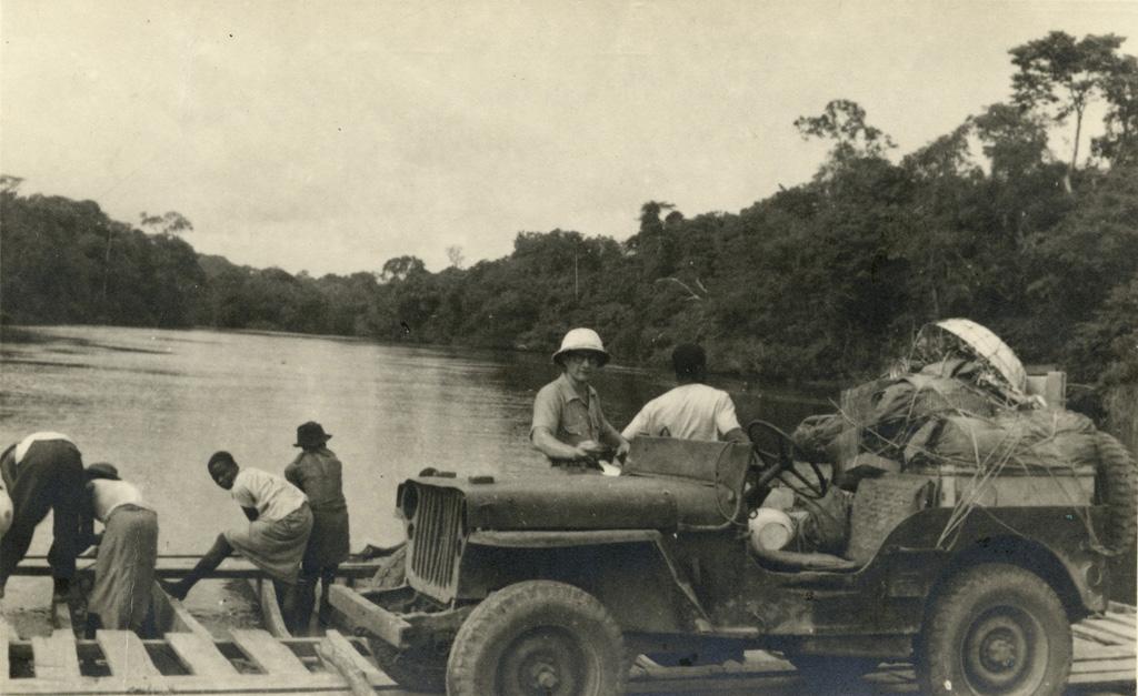 Le missionnaire d'Ovan (Meyer) part en tournée. Sur le bac de la Muang, Ovan