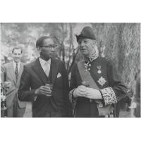 Le nouveau Chef Suprême du Lessouto, Bereng Seeiso et le Haut Commissaire anglais, Sir John Maud, au cours d'un sherry party qui suivit la cérémonie de présentation le 12 mars 1960