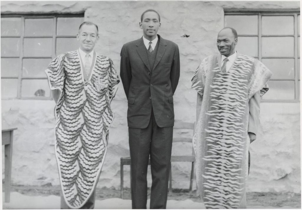 Le nouveau Chef suprême des Bassoutos, Moshoeshoe II recevant l'administrateur de district (à gauche) et Mr Machobane (agronome)