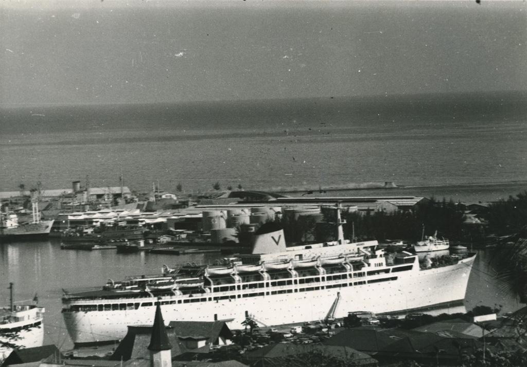 Le port de Papeete avec un paquebot et derrière la base de la Marine Nationale