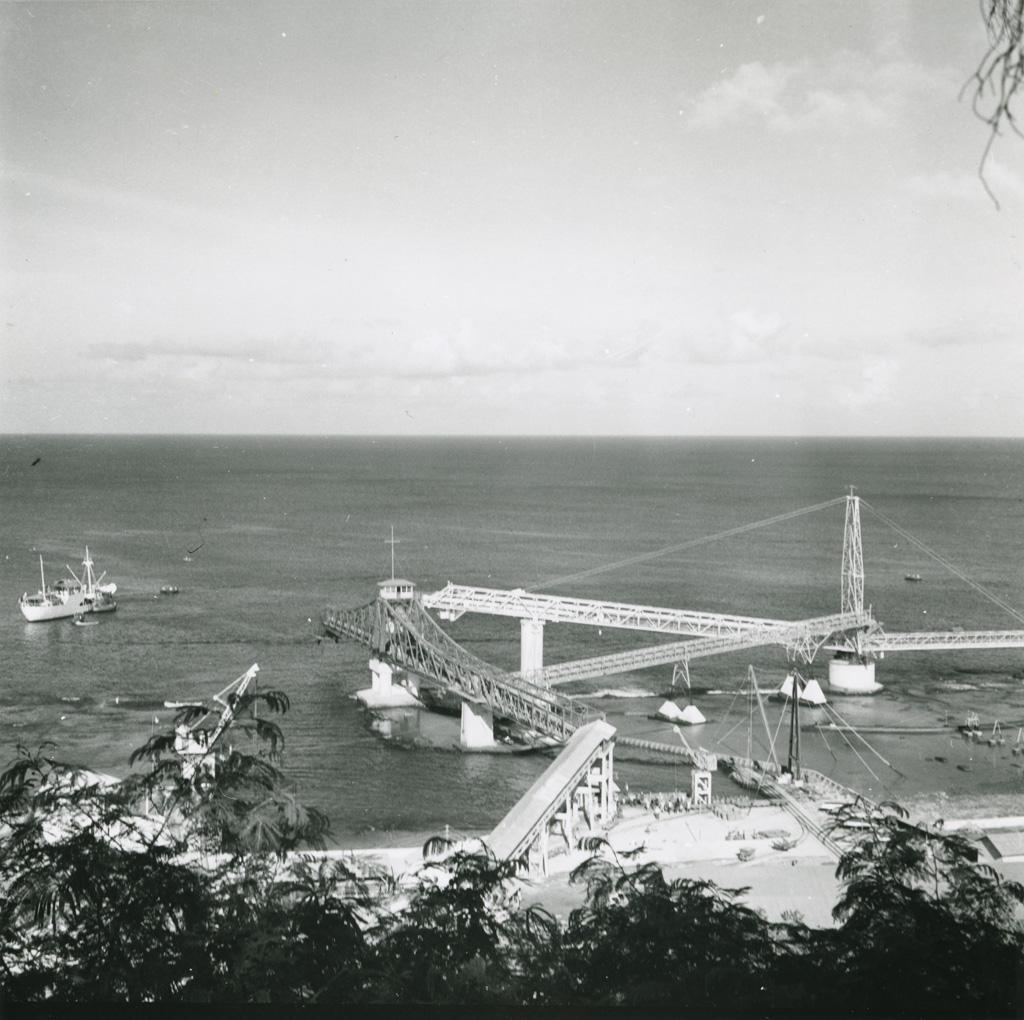 Le port et les installations de chargements de phosphate de la CFPO, atoll de Makatea