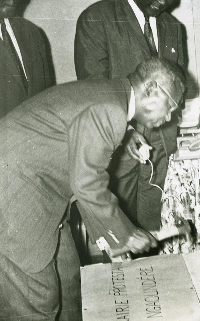 Le premier ministre M. Charles Assalé cloue la première caisse de Bibles