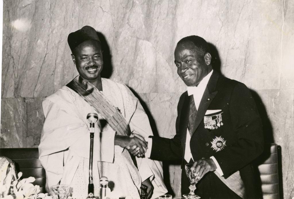Le président Houphouet-Boigny de Côte d'Ivoire et le président de la république du Cameroun El Hady Amadou Ahidjo / non identifié (1960/1970)