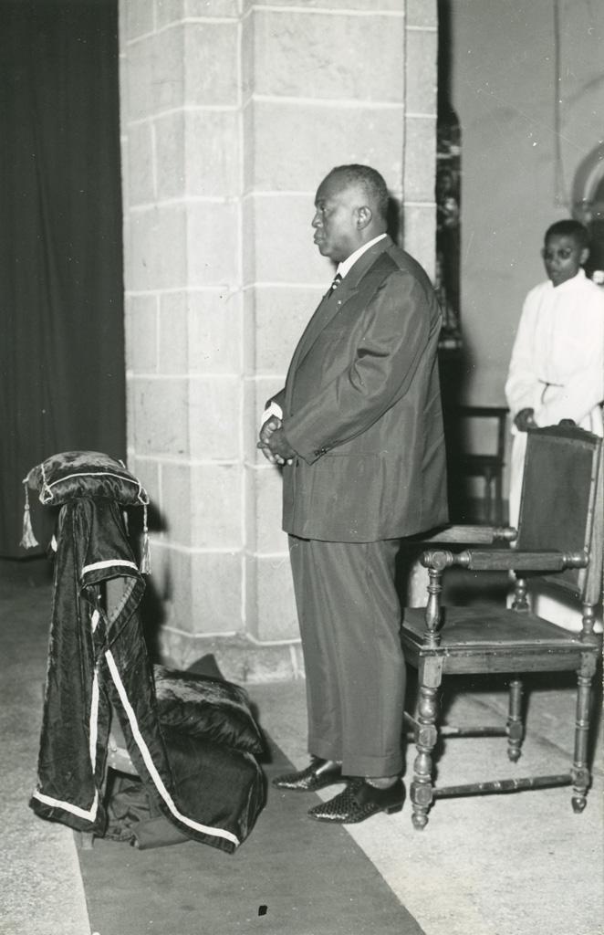 Le président Tsiranana assiste à un service religieux à l'église