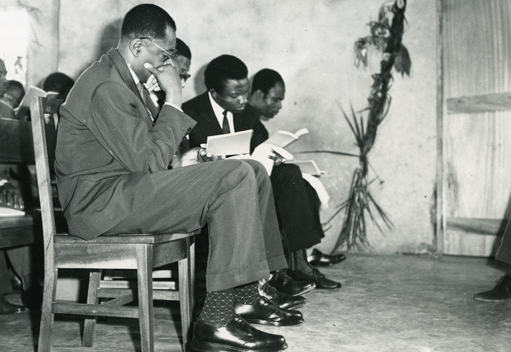 Le président de l'Assemblée nationale et les ministres présents lisent l'évangile en bamiléké qui vient de leur être remis