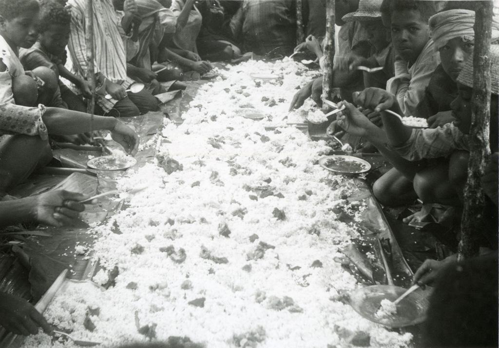 Le repas préparé par les dames pour les travailleurs