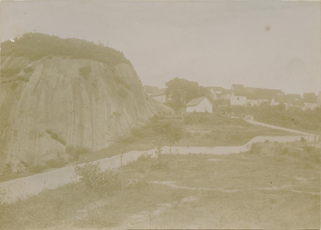 Le rocher surplombant le village