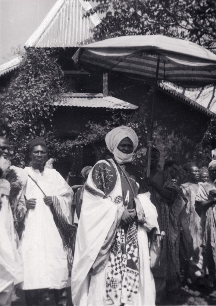 Le roi Njimoluh devant l'église protestante