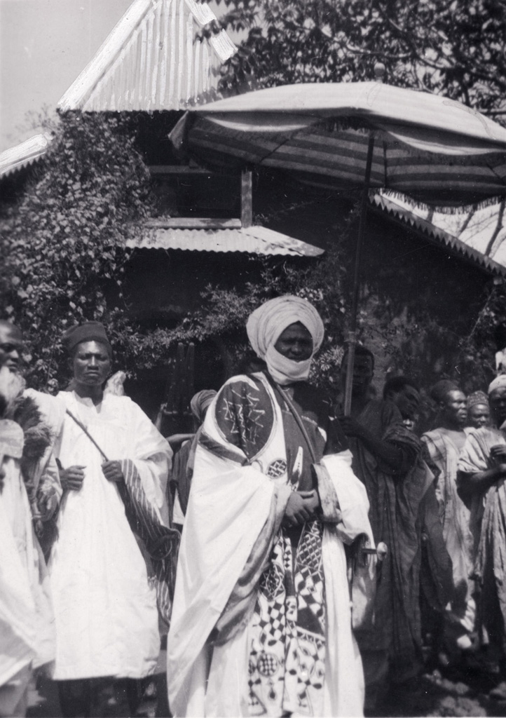 Le roi Njimoluh devant l'église protestante / non identifié (circa 1950)