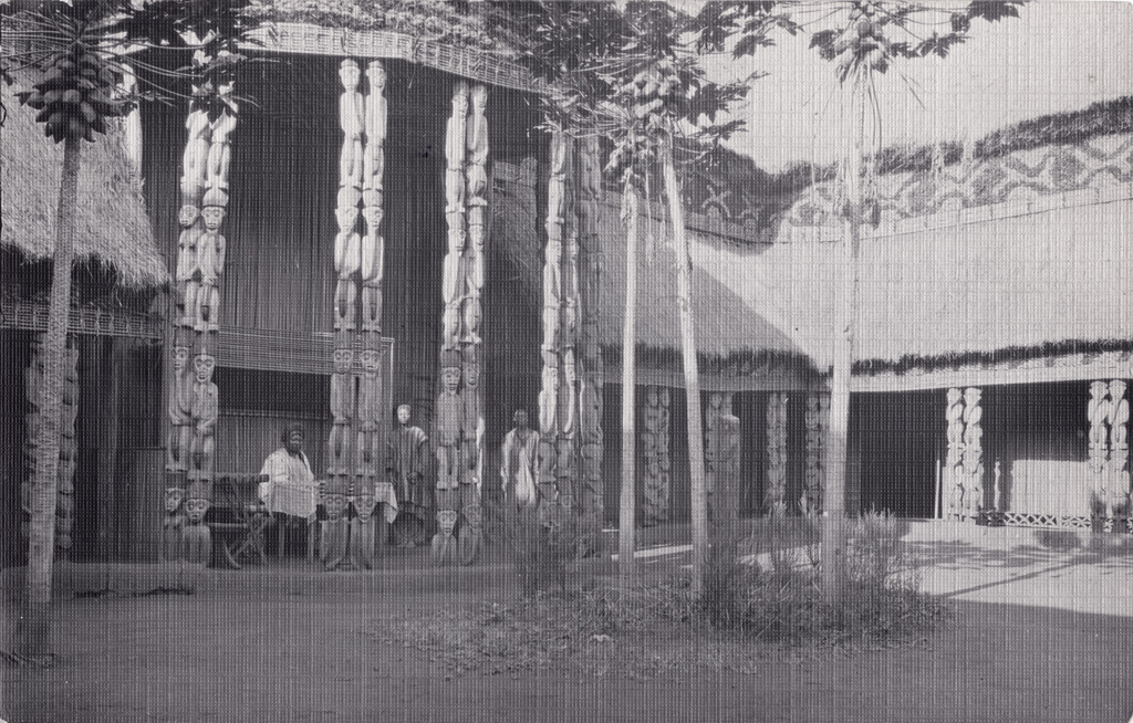 Le roi Njoya assis dans la grande cour intérieure de réception