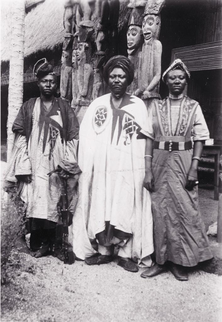 Le roi Njoya avec son fils et sa fille ainés devant le palais