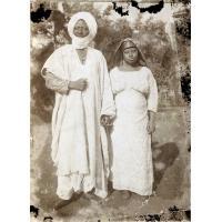 Le roi Njoya tenant une femme par la main