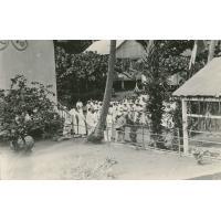 Léproserie d'Orofara : les malades et les infirmiers attendant la visite du gouverneur