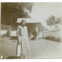Léproserie d'Orofara : une lépreuse devant la salle de pansement
