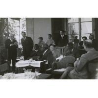 Les Malozi en Suisse à Cologny : le roi Mwanawina III, M. Burger, M. P. des Gouttes, M. Privat (Président du comité genevois), M.H.L. Henriot (Mission suisse), pasteur Champendal (Mission Philafricaine)