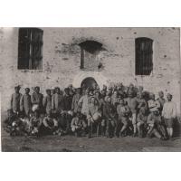Les aumôniers A. Lafont et Dartigue et un groupe de soldats Malgaches et Tahitiens