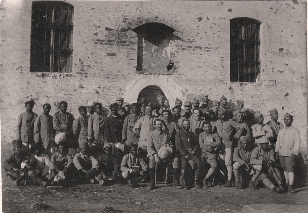 Les aumôniers A. Lafont et Dartigue et un groupe de soldats Malgaches et Tahitiens / Arthur Lafont (14/10/17)
