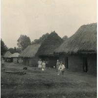 Les cases d'hospitalisation et le dispensaire (toit de tôle) de Bafoussam