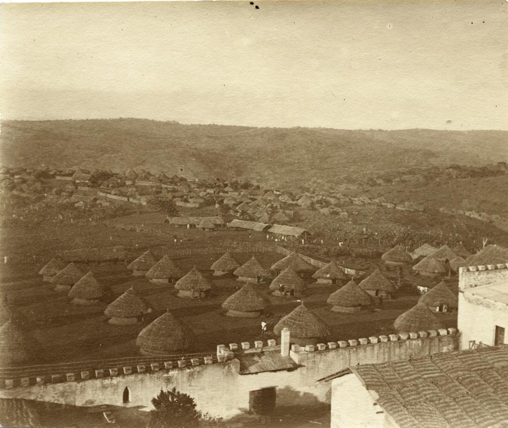 Les cases des tirailleurs et le village Haoussa