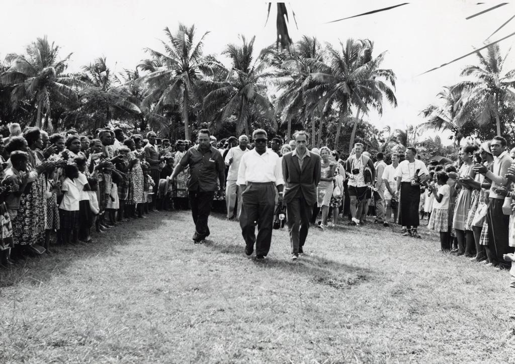 Les délégués arrivent à la chefferie de Mou, invités par le grand chef Boula pour le Lundi de Pentecôte, 30 mai 1966