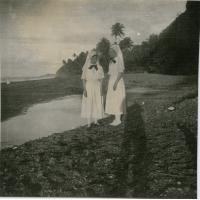 Les deux diaconesses, infirmières à la léproserie d'Orofara, sur la plage