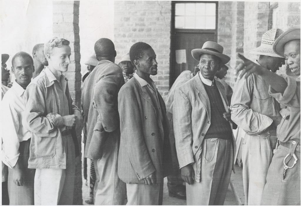 Les électeurs sud-africains font la queue pour voter