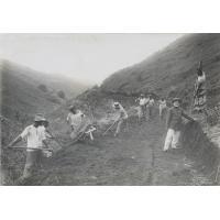 Les élèves pasteurs faisant la route pour arriver à la nouvelle école pastorale à Sainte-Amélie, Tahiti