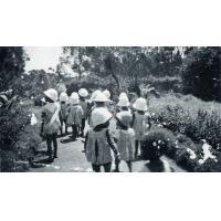Les enfants de l'isolement dans le jardin des infirmières, léproserie de Manankavaly