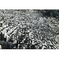 Les gradins et la foule pendant le culte d'inauguration du foyer chrétien des jeunes