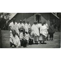Les infirmiers (tous lépreux) devant l'hôpital des hommes à Manankavaly