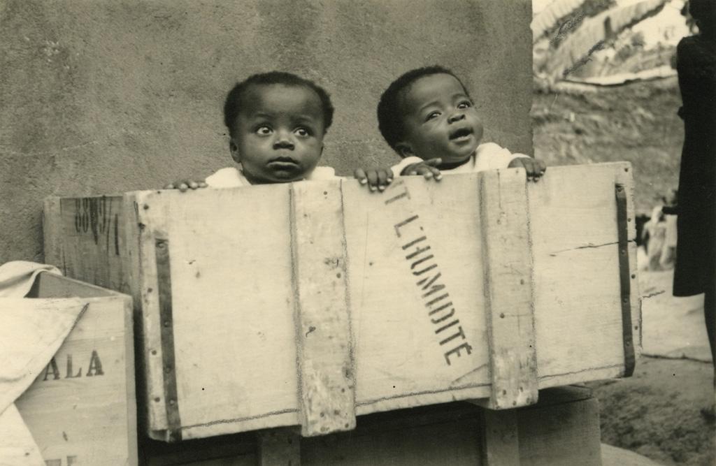 Les jumeaux dans leur caisse (Victor et Pauline)