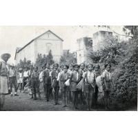 Les louveteaux au départ pour le camp de Sandrandaby, devant le portail est de la station