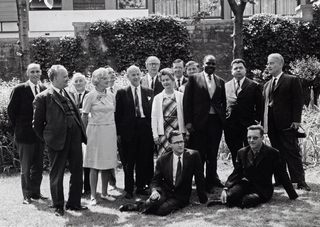 Les membres des organismes missionnaires présent lors de la consultation pour l'UCZ, dans le jardin de la Maison des Missions de Paris