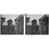 Les missionnaires Brummer et Dieterlen discutant avec un homme, devant le temple de Nalolo