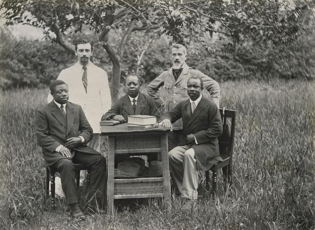 Les missionnaires Maitre et Allégret, avec Kuo, Ekollo et Modi Din