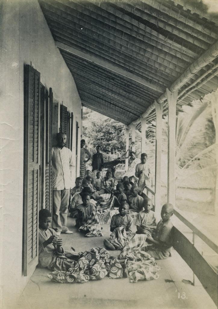 Lesage et les gamins de l'école de Lambaréné raccomodant leurs pagnes