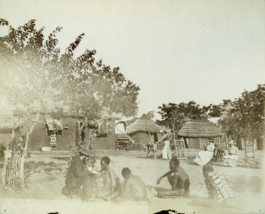 Leshoma, la station, M. Jeanmairet enseignant aux Zambéziens à lire