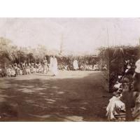 Lieu de réunion, noël 1920, Foumban, l'ancien Mosé Yeyap en blanc