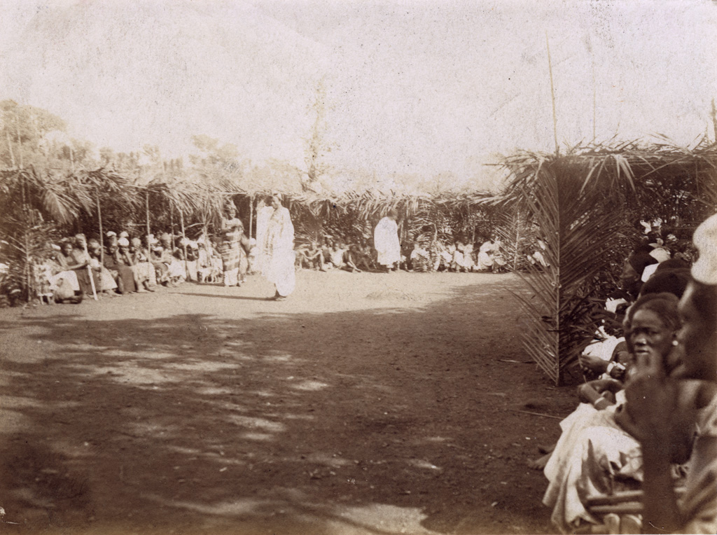 Lieu de réunion, noël 1920, Foumban, l'ancien Mosé Yeyap en blanc / Félix Vernet (1920-12)