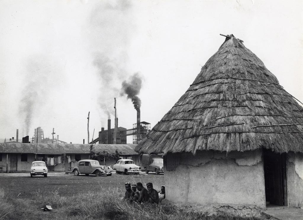 Logements d'ouvriers indigènes à la grande usine de nickel de Doniambo (Nouméa)