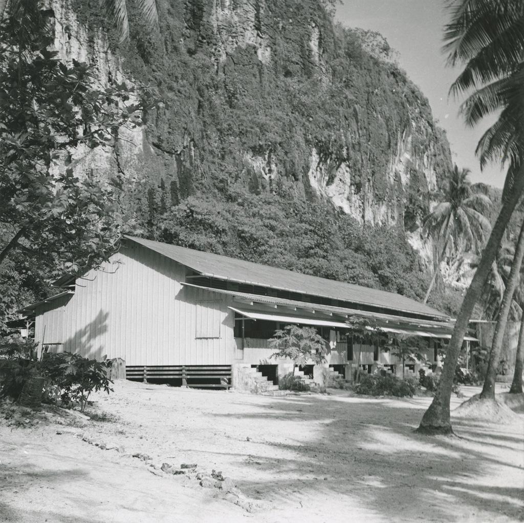 Logements récents d'employés et d'ouvriers, sur la plage de Temao, Makatea